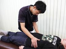 生理痛専門治療の触診風景|大分県中津市わいわい整骨院・整体院