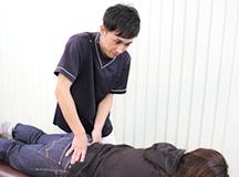 大分県中津市わいわい整骨院・整体院の生理痛治療の施術の様子