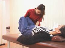 マタニティマッサージ療法の触診風景|大分県中津市わいわい整骨院・整体院